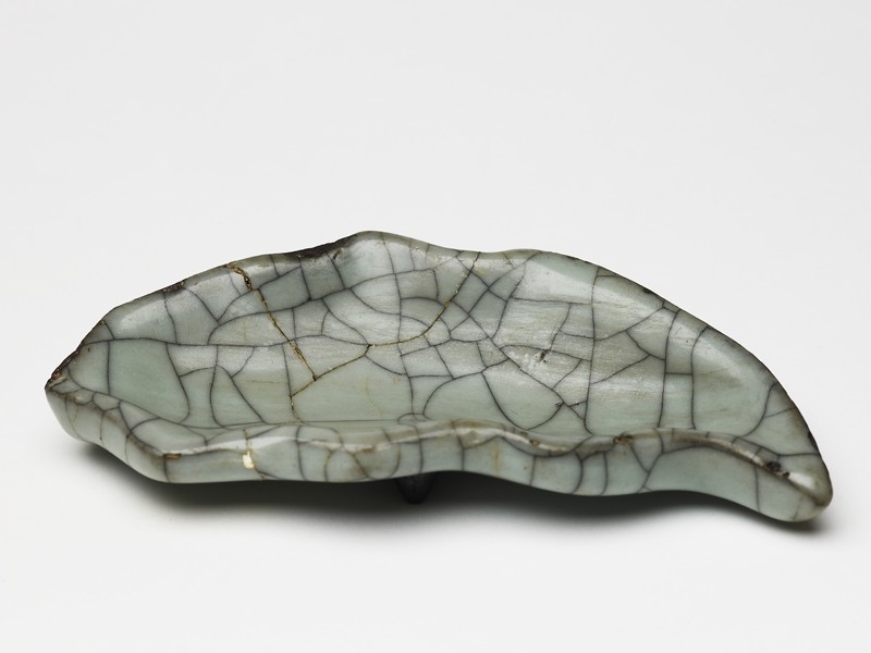 Greenware leaf-shaped dish in the style of Guan ware (EA1956.3957, oblique             )