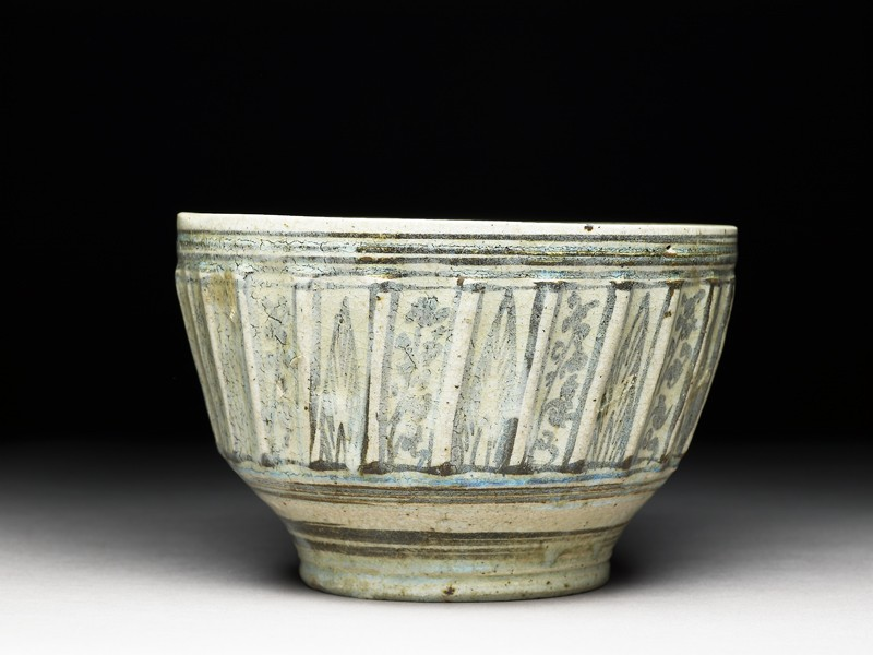 Bowl with iron-black decoration (side           )