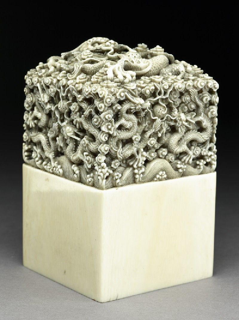 Ivory seal with dragons (oblique           )