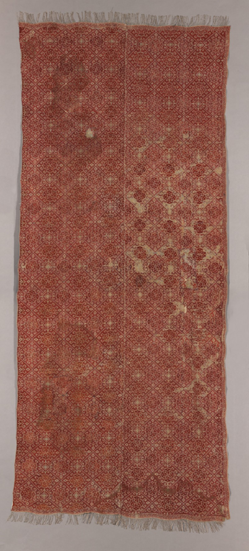Coverlet with diamond-shapes containing medallions and protruding hooks (front            )
