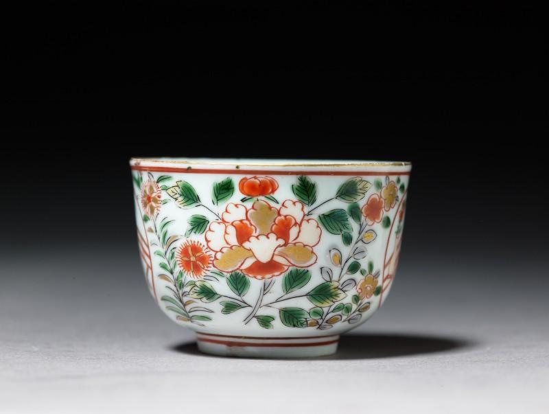 Cup with a geisha on a terrace (side              )