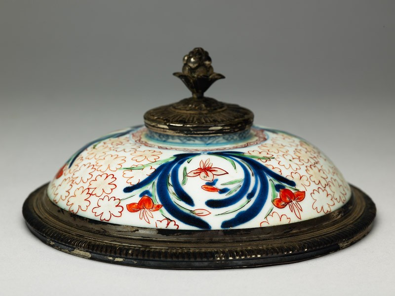 Lid with iris and cherry blossom (EA1978.471, oblique            )