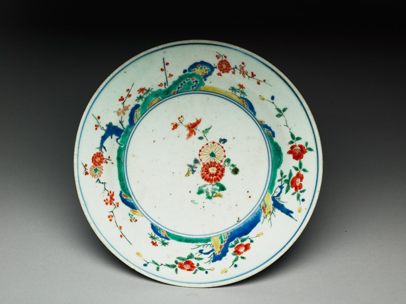 Plate with central spray of chrysanthemums (top            )