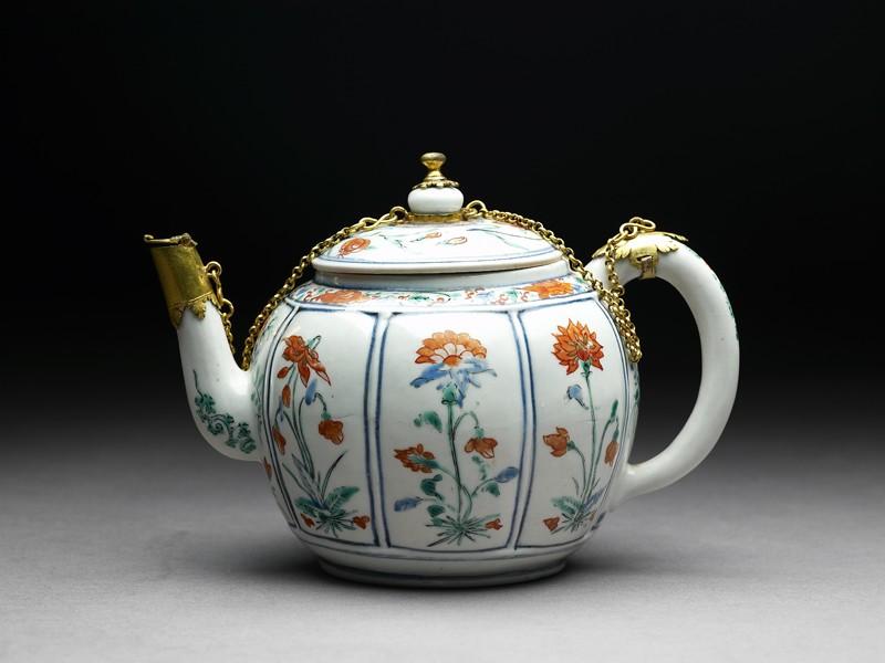 Teapot with European mounts (side            )