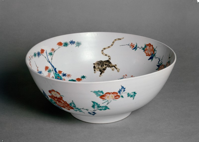 Bowl with central design of a dragon chasing a fiery pearl (EA1978.683, oblique            )