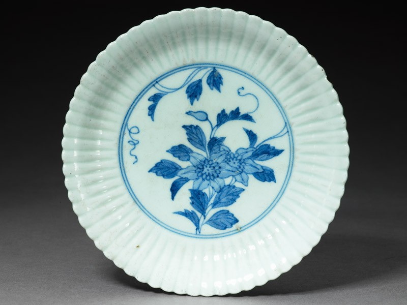 Fluted plate with flower spray (top            )