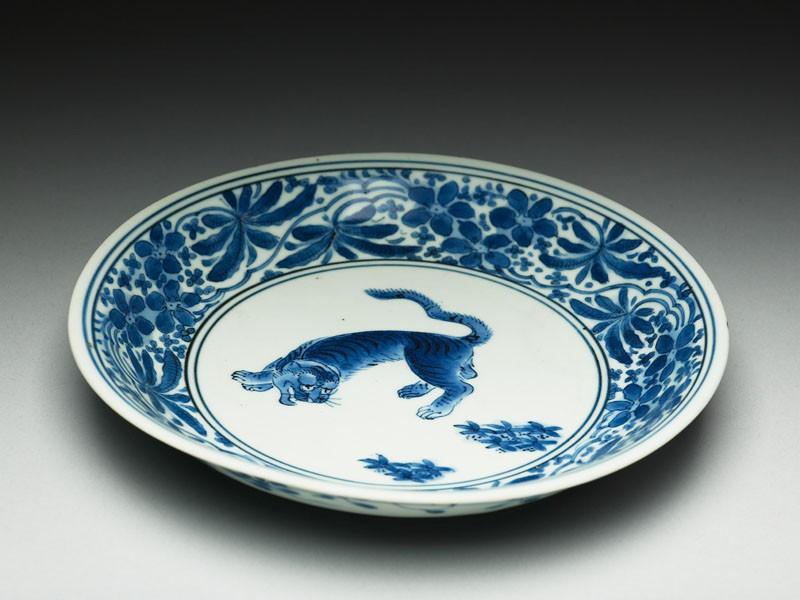 Saucer with tiger (EA1978.743, oblique            )