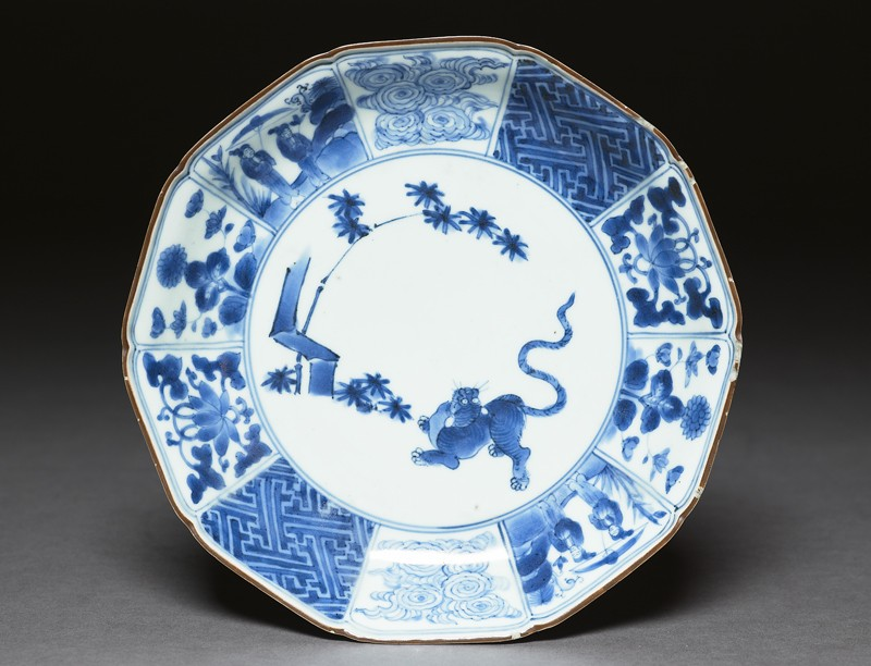 Foliated plate with tiger and bamboo (top            )