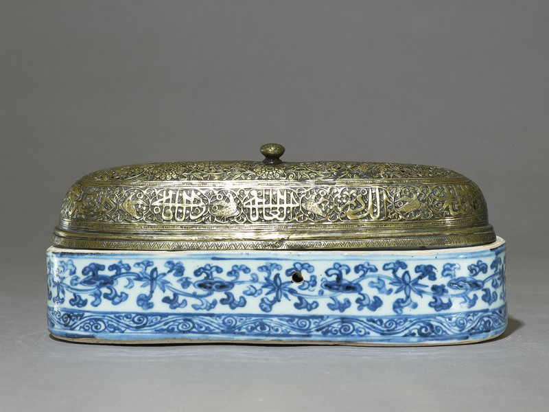 Blue-and-white pen box with foliage and scrolls (EA1978.859.a, side, with EA1978.859.b              )
