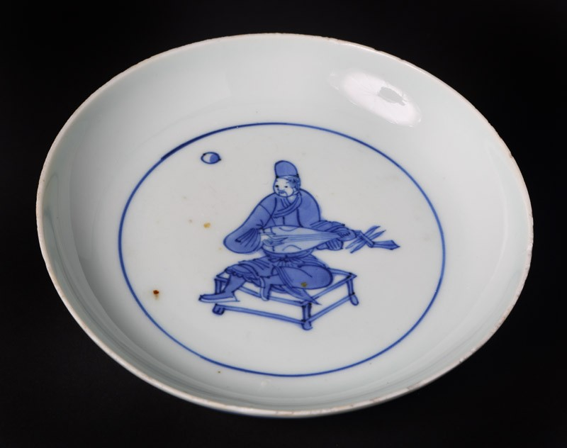 Blue-and-white dish with seated musician playing a lute