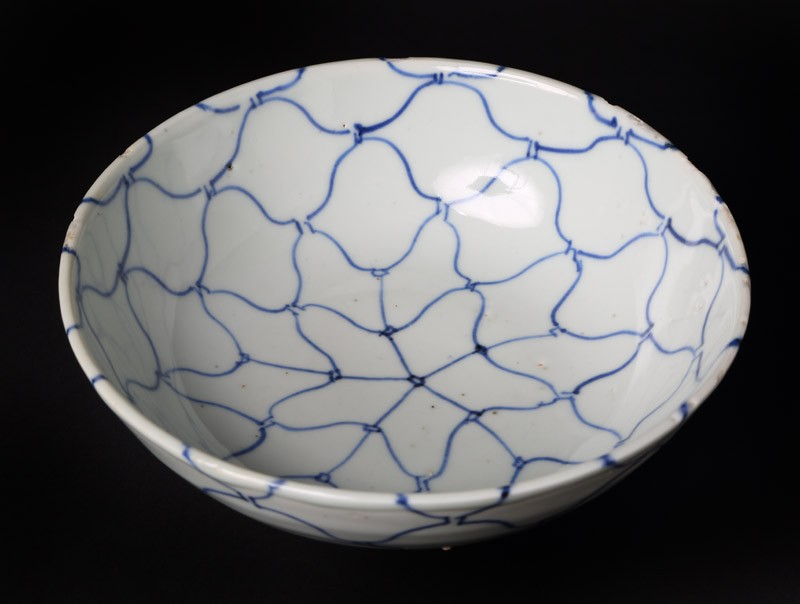 Blue-and-white bowl with net decoration