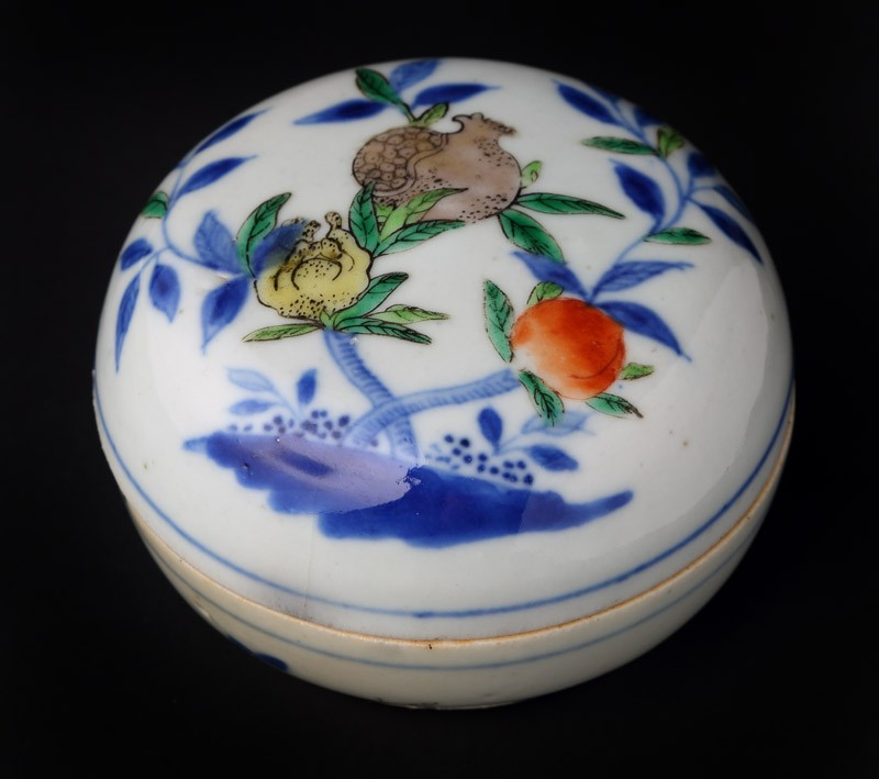 Box and lid with fruit decoration (front             )