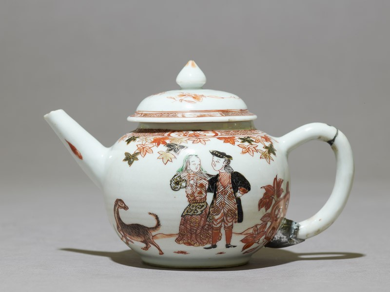 Teapot depicting a couple with a dog (side             )