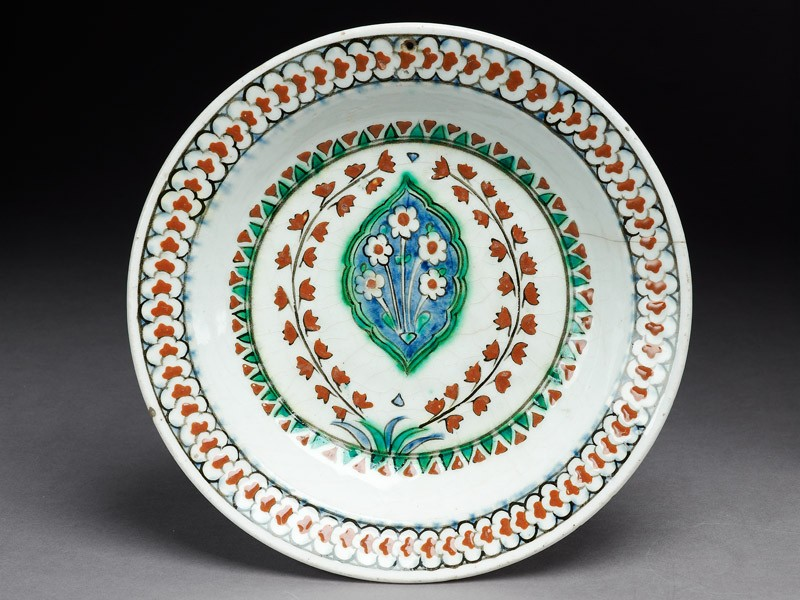 Dish with lobed medallion and flowers (top             )