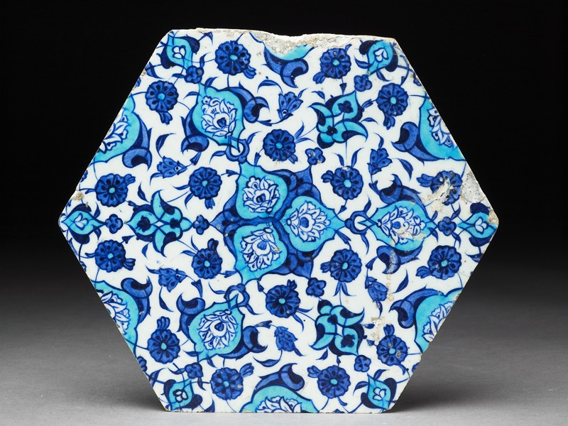 Hexagonal tile with floral decoration (front             )