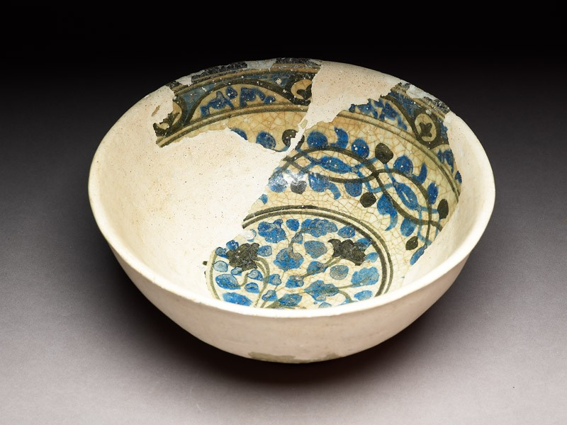 Bowl with plant, arabesque, and vegetal border (oblique             )