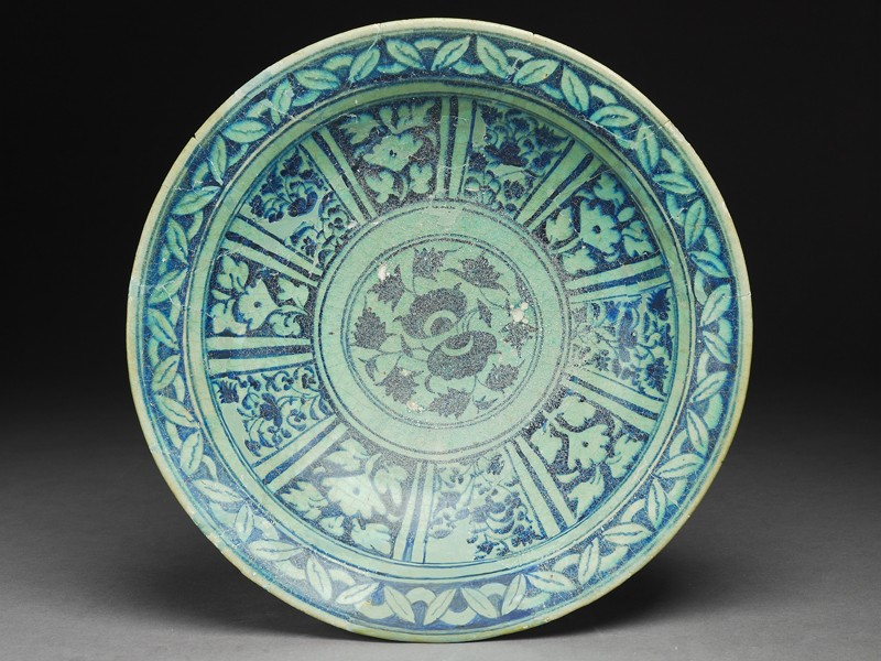 Dish with floral decoration in radial panels (top             )