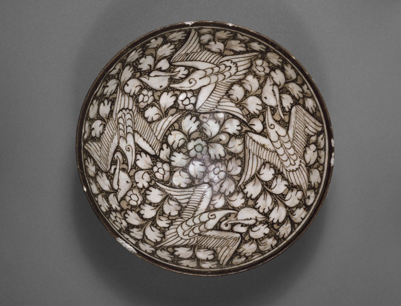 Bowl with flying phoenixes against a foliate background (top             )