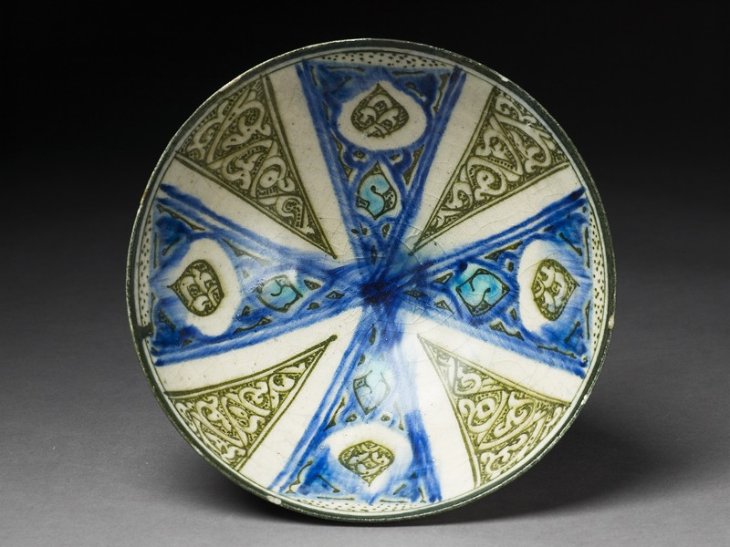 Bowl with radial design and drop-shaped cartouches (top             )