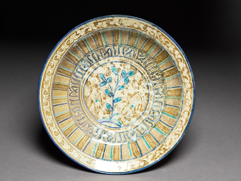 Dish with two birds, pseudo-naskhi inscription, and leaves (top             )