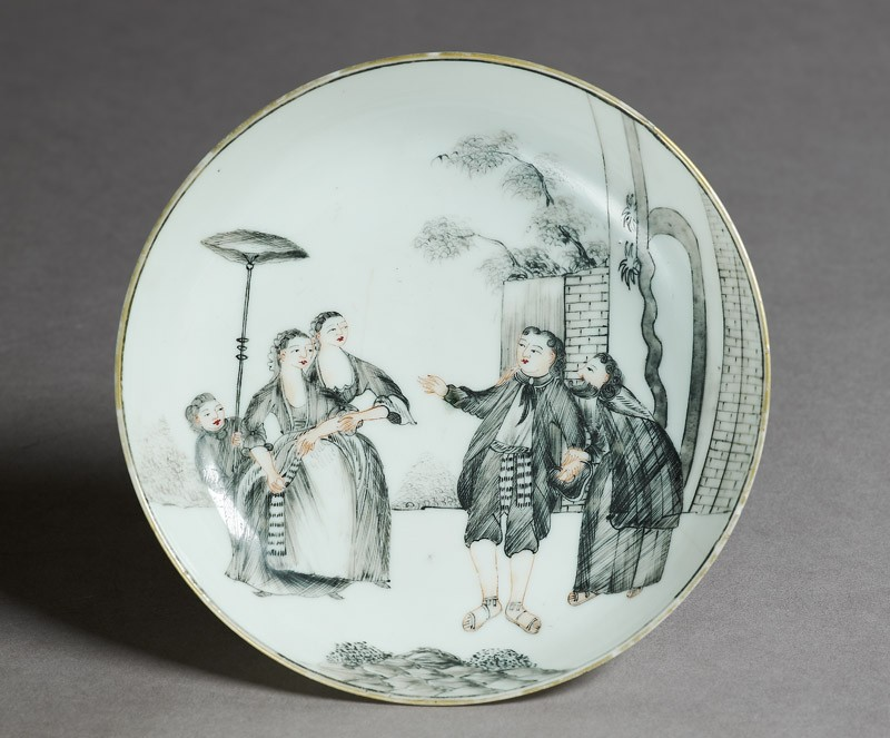 Saucer with a young man courted by two ladies (top             )
