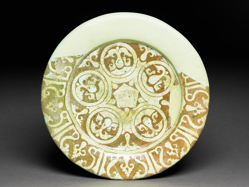Dish with doves and pseudo-kufic inscription (EA1978.2134, top             )