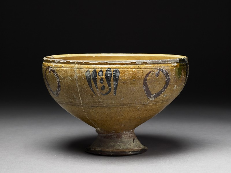 Footed bowl with vegetal decoration