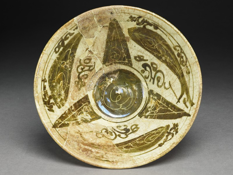 Bowl with fish around a central geometric pattern (top             )