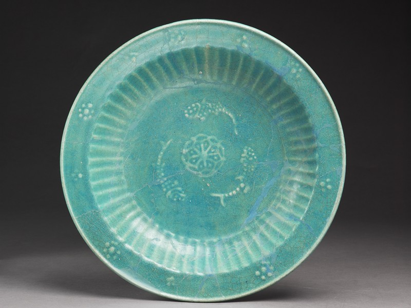 Dish with three fish and rosette (top             )