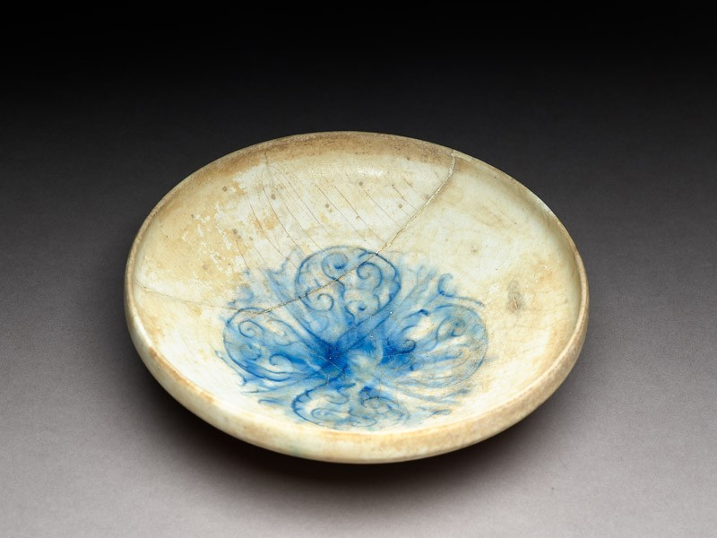 Bowl with four arabesques (oblique             )