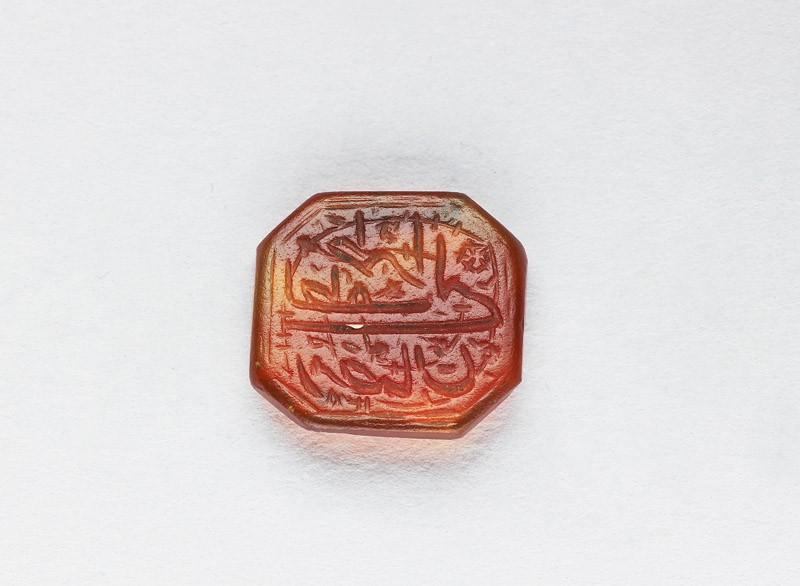 Octagonal bezel seal with nasta'liq inscription, spiral, and floral decoration (EA1980.18, front           )