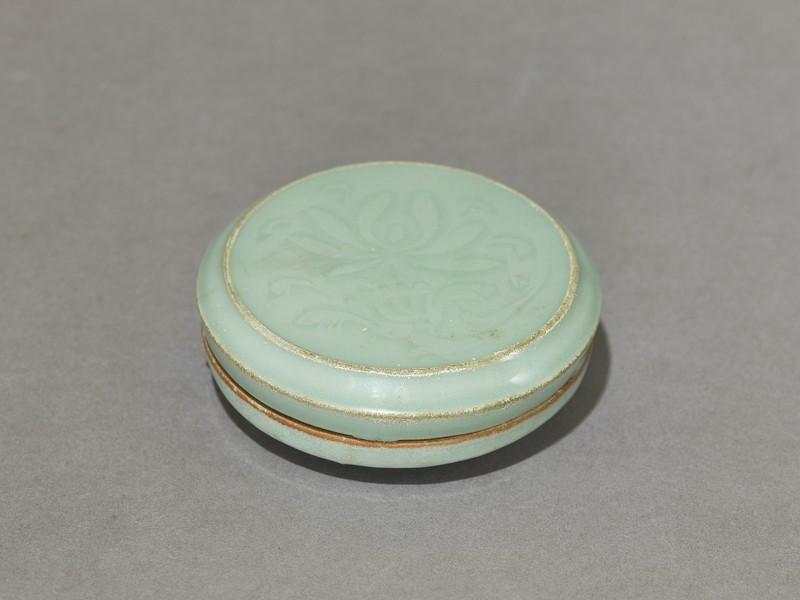 Circular greenware box with lotus flowers