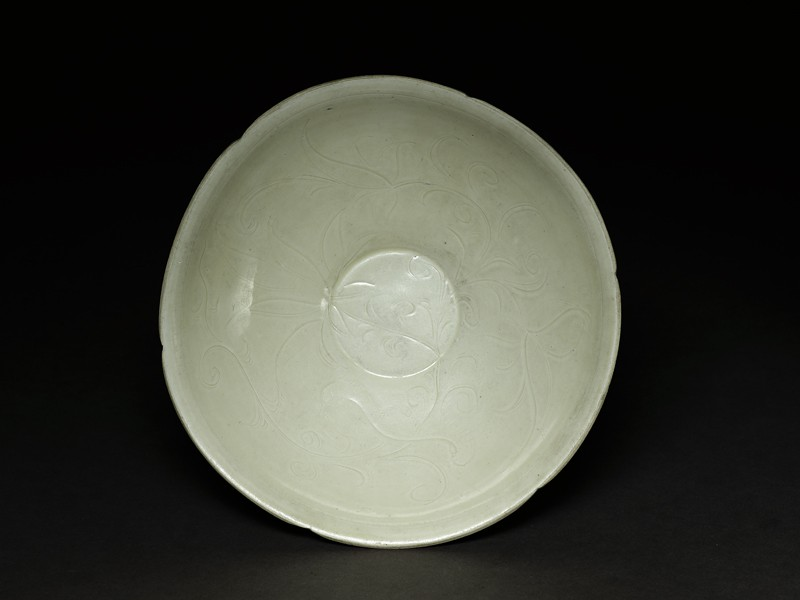 White ware dish with lotus decoration (top            )