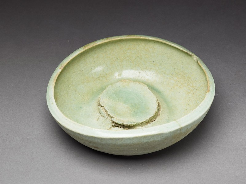 Bowl waster with pale-green glaze (oblique           )
