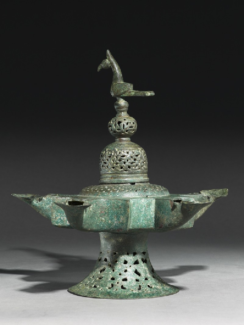 Oil lamp with dome-shaped lid surmounted by a bird
