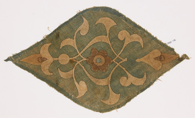 Textile fragment with medallion (front            )