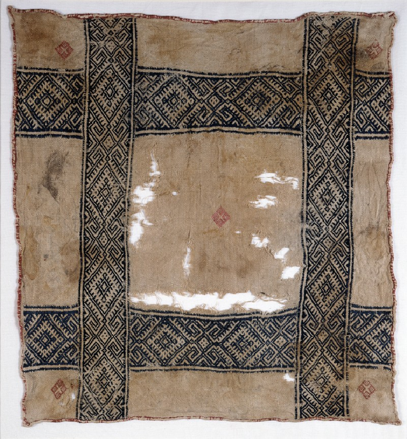 Cloth with diamond-shapes and hooks
