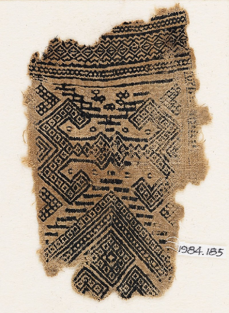 Textile fragment with hooks and diamond-shapes