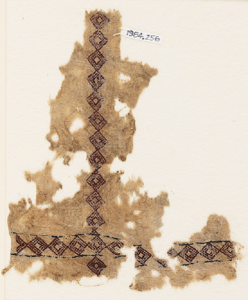Textile fragment with linked diamond-shapes