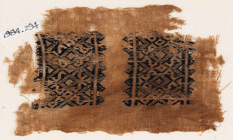 Textile fragment with diamond-shapes and S-shapes (front            )