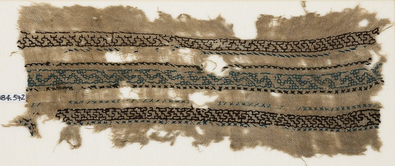 Textile fragment with three parallel bands with an interlacing chain (front            )
