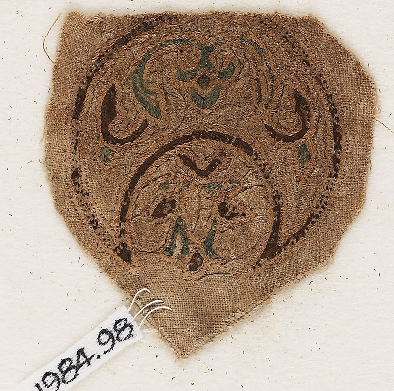 Roundel textile fragment with blazon (front           )