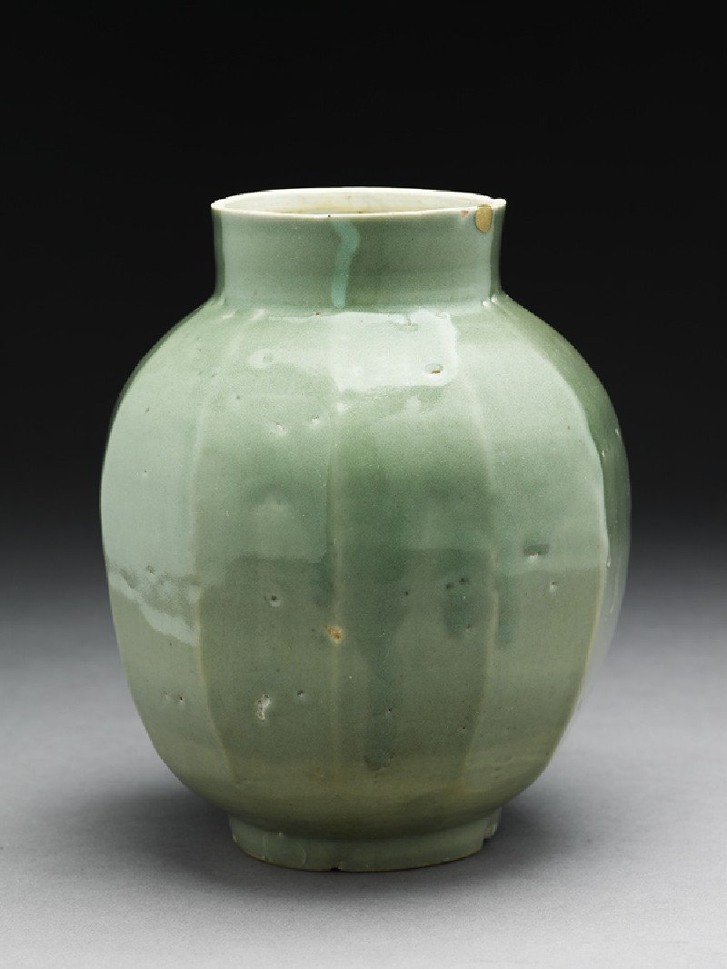 Faceted jar with green glaze (oblique           )