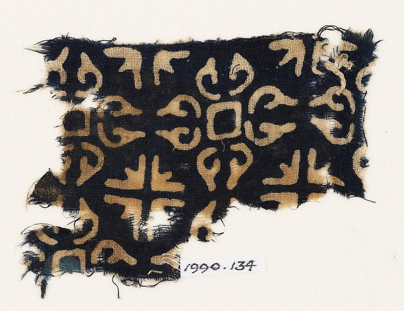 Textile fragment with quatrefoils and groups of four arrows (front            )