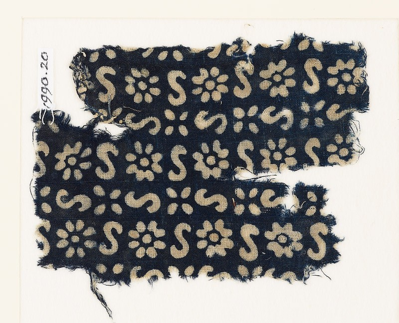 Textile fragment with S-shapes, rosettes, and flowers (front           )
