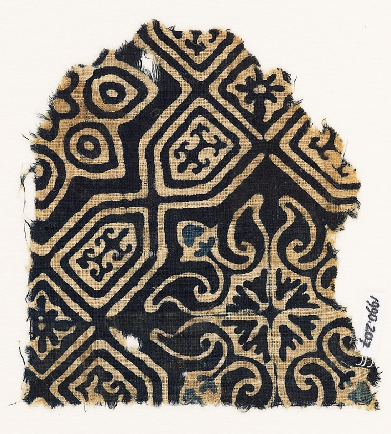 Textile fragment with an elaborate quatrefoil and tab-shapes (front            )