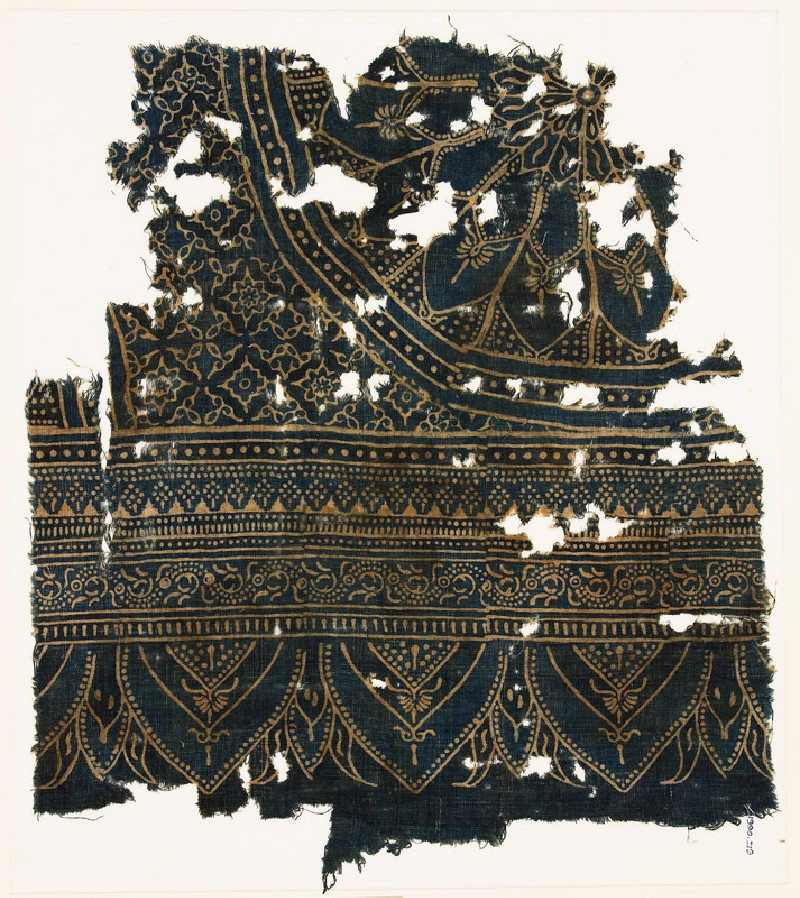 Textile fragment with large rosette, diamond-shapes, leaves, and arches (front            )