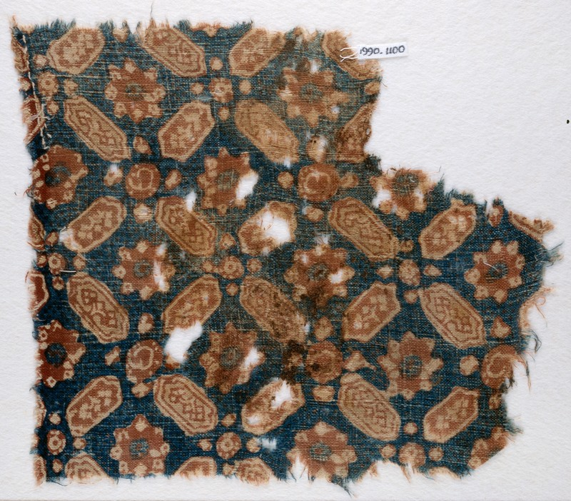 Textile fragment with lobed, elongated hexagons