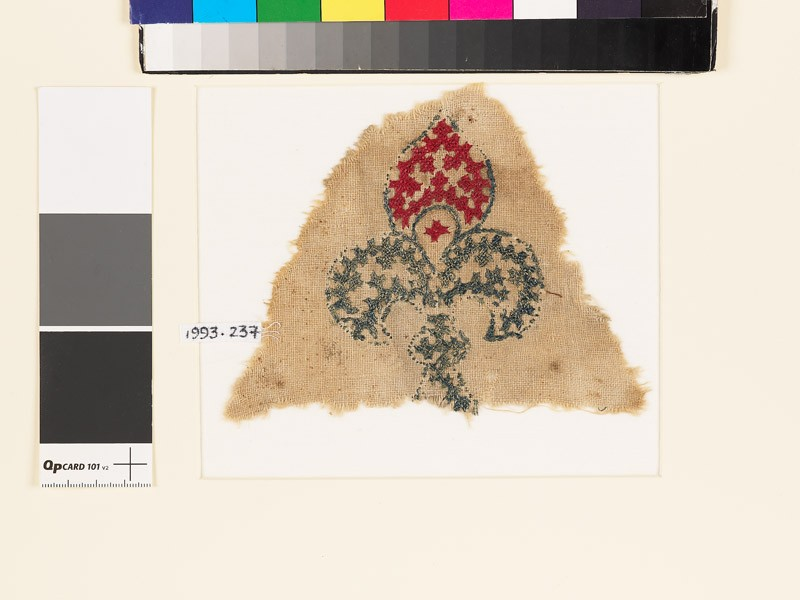 Textile fragment with fleur-de-lys and linked crosses (front            )