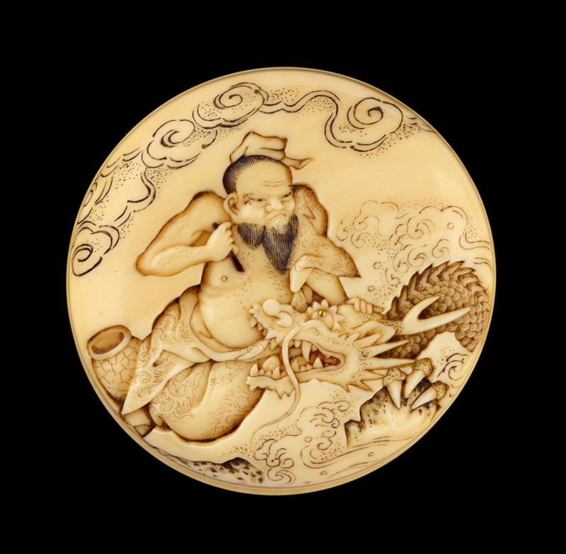 Manjū netsuke depicting the Daoist immortal Bashikō performing acupuncture on a dragon (front            )